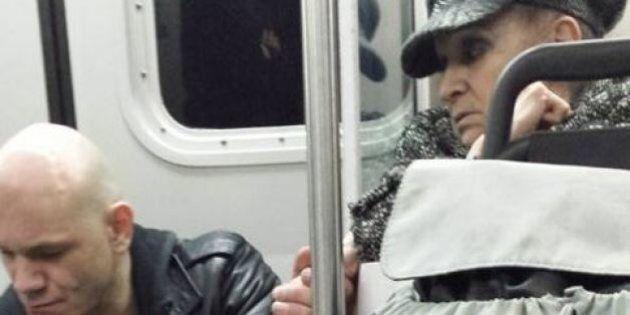 Une personne âgée donne une leçon d'humanité dans le métro de