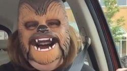 La maman au masque de Chewbacca est de retour!