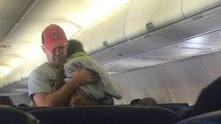 Il prend soin du bébé d'une passagère en avion pour qu'elle se