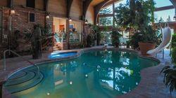 Ce luxueux manoir est à vendre, et on y trouve une piscine au
