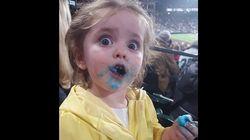 Cette petite fille qui mange de la barbe à papa est la star de ce match de