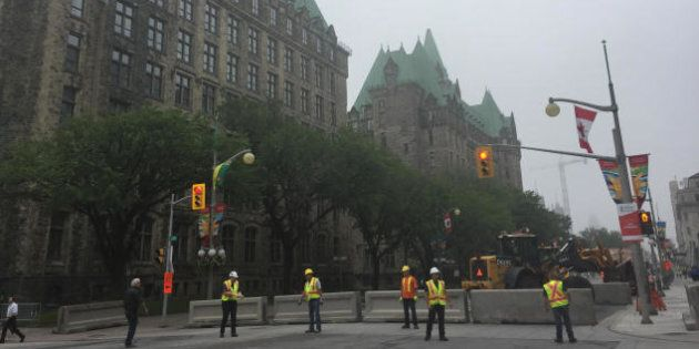 Des murets de béton ont été installés devant le parlement par mesure de sécurité.