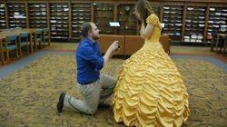Il fabrique la robe de Belle pour sa demande en