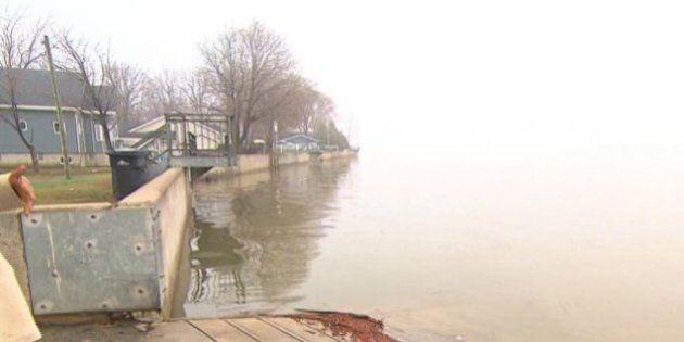 La pluie provoque des inondations le long du fleuve