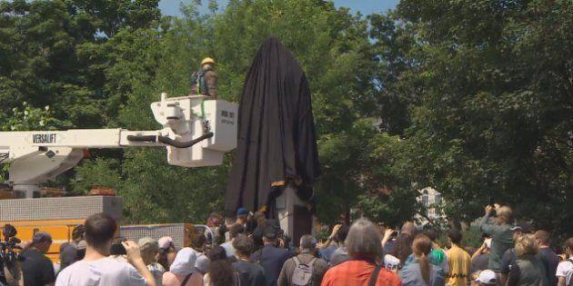 La statue du fondateur de Halifax, jugé génocidaire, a été couverte d'une