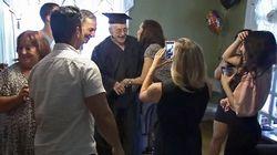 Un vétéran de la Deuxième Guerre mondiale reçoit son diplôme d'études