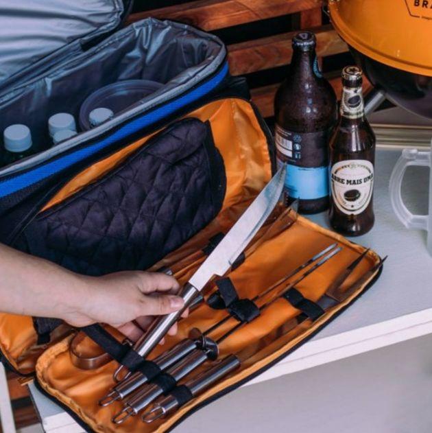 Esta bolsa térmica com kit para churrasco custa em torno de R$