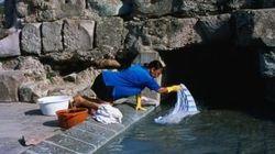 I residenti lavano piatti col detersivo nelle terme in Sardegna, protesta dei