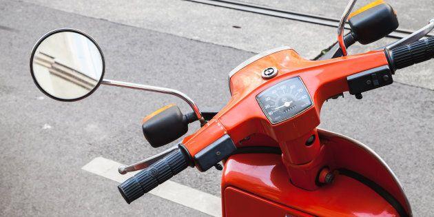 Les motos croient que les espaces de stationnement pour motos ne sont pas pour scooter et les scooters...