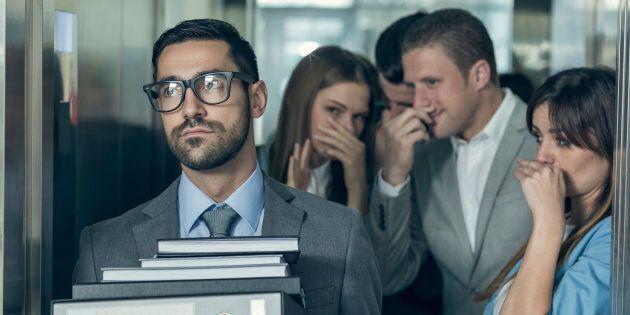 Quoi dire et faire quand mon collègue sent mauvais, est un habitué des retards ou