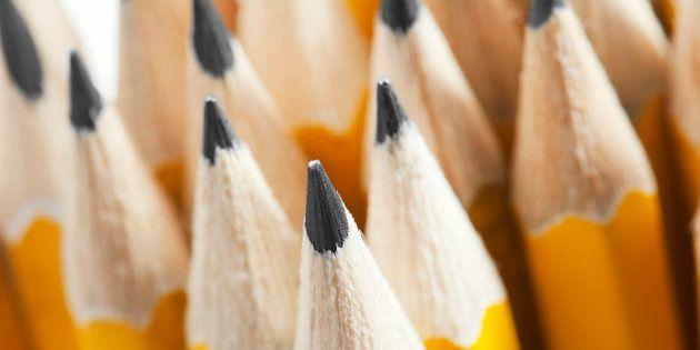 Du bois d'œuvre récolté dans une forêt de la Californie à la mine de graphite au Sri Lanka, en passant par la dizaine de produits nécessaires à la création de la gomme à effacer, la production d'un simple crayon nécessite l'effort de plusieurs milliers de personnes installées dans des régions souvent bien loin les unes des autres.