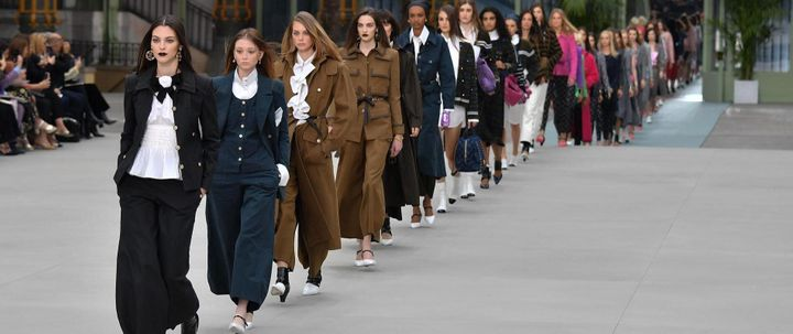 Le style, blanc et noir, rappelle l'ombre de Karl Lagerfeld.