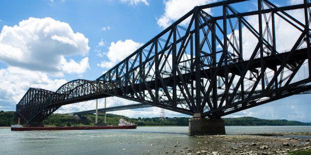Des élus soulignent le centenaire du pont de Québec lors des