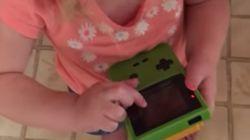 Cette fillette n'accepte pas que le Game Boy n'ait pas d'écran