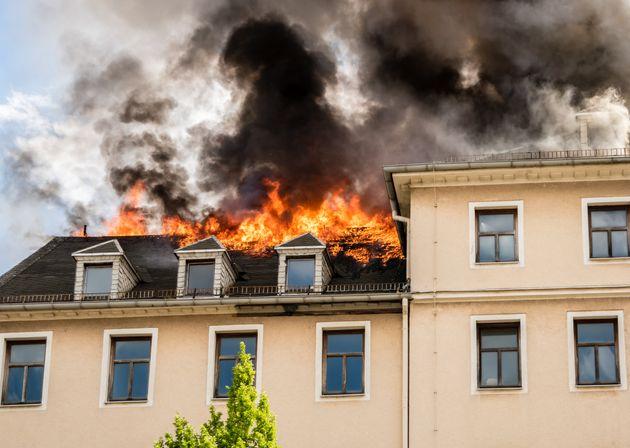 Una joven de Cádiz intenta vengarse de su expareja e incendia por error la casa de sus
