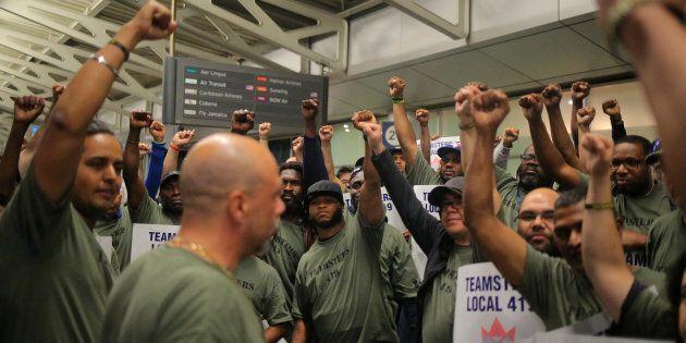 Aéroport Pearson: les grévistes disent retarder l'acheminement de