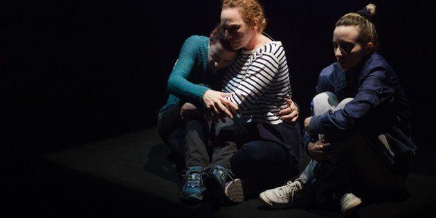 Catherine Vidal signe la mise en scène, une mise en scène minimaliste qui utilise les éclairages et les...