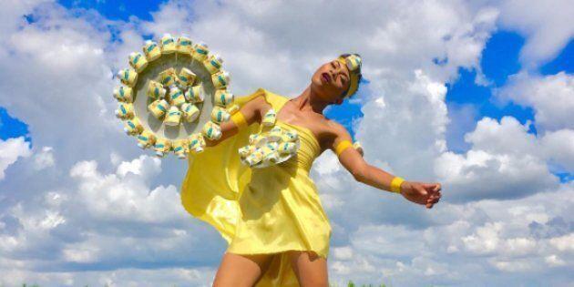 Cette créatrice recycle tout ce qu'elle trouve pour des créations mode