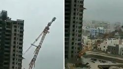 Le cyclone Fani fait s'effondrer une grue sur des bâtiments en