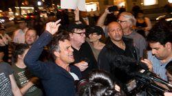 Voyez Michael Moore qui amène des spectateurs manifester devant la tour