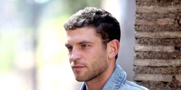 Arnaud Valois est né à Lyon le 29 février