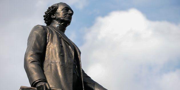 Beaucoup de ces Anglos hautains ignorent, peut-être encore aujourd'hui, que leur héros national, le premier...