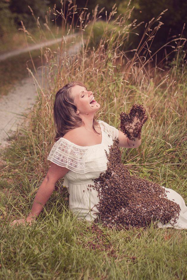 Cette mère enceinte pose avec 20 000 abeilles sur le