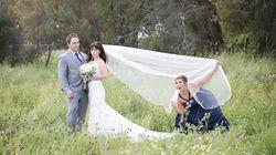 Elle vole la vedette des jeunes mariés dans cette séance photo