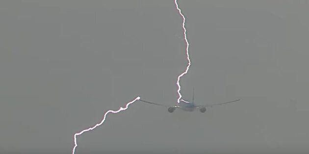 Un avion frappé par un éclair au