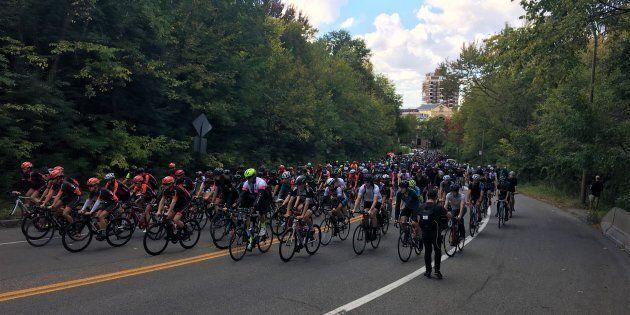 Des centaines de cyclistes rendent hommage à Clément