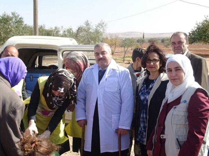 Dr. Askar, aux côtés de membres de l'équipe de l'UNICEF, lors de visites de porte-à-porte effectuées pour vacciner des enfants contre la polio à Souran, dans la province de Hama (République arabe syrienne).