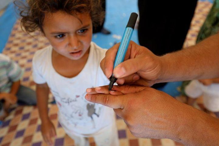 Rahma, 2 ans, a été vaccinée pour la première fois de sa vie pendant la première série d'une campagne de cinq jours d'immunisation contre la polio, menée auprès des enfants de moins de 5 ans des régions ravagées par la guerre de Deïr el-Zor et Raqqa.