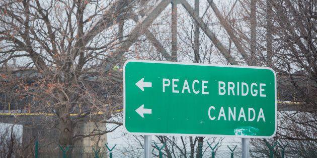 Un panneau routier pointant le chemin vers la frontière canadienne, à