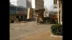 Un combat de machineries lourdes en pleine rue pour des contrats