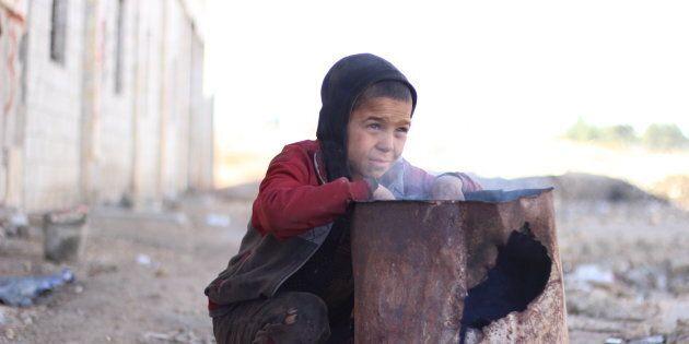 Le jeune Ahmed, âgé de 10 ans, a trouvé refuge à Jibreen, dans un ancien entrepôt transformé en abri (décembre 2016).