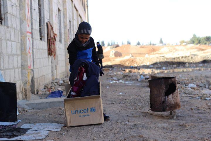 En décembre 2016, Ahmed a reçu une boîte contenant des vêtements pour lui et ses frères et soeurs pour se protéger contre le froid.