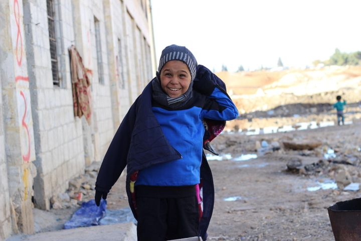 À Jibreen, Ahmed et ses quatre frères et sœurs, ont reçu des kits d'hiver de l'UNICEF afin d'affronter le froid de l'hiver.