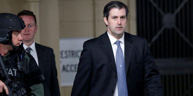 L'ex-policier Michael Slager est escorté à la sortie de la cour de