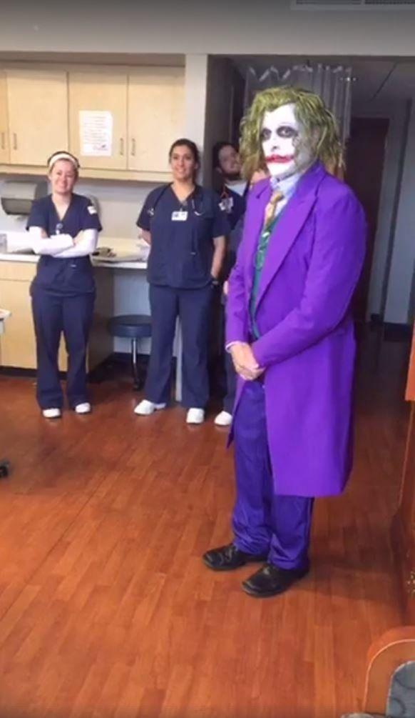 Ce médecin tout droit sorti d'un film était parfait pour un accouchement le soir