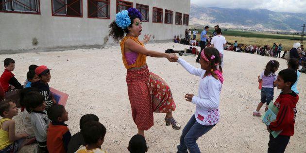 Des membres de Clowns Sans Frontières amusent des enfants dans un camp de réfugiés en Bekaa occidentale,...