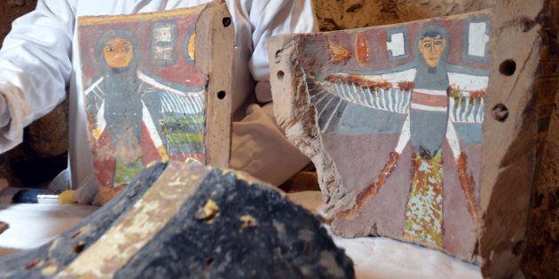 Un technicien en archéologie égyptien restaure des artéfacts trouvés dans la tombe «Kampp 161» récemment...
