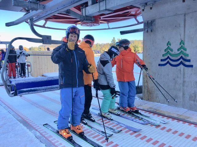 Les premiers skieurs de l'hiver au Quebec, samedi 11 Novembre, attendaient impatiemment l'ouverture du premier centre, Sommet St-Sauveur.