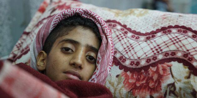 Un jeune garçon est allongé dans une salle d'urgence en attente d'un traitement pour un cas présumé de choléra, à l'hôpital Al-Joumhouri, à Sana'a, au Yémen, en mai 2017.