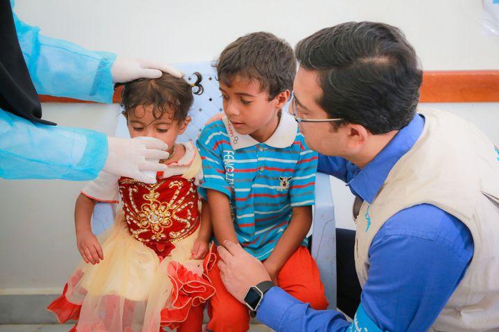 En juillet 2017, au centre de santé Alsonainah à Sana'a, au Yémen, des enfants souffrant de diarrhée sévère et de cas présumé de choléra sont traités avec des solutés de réhydratation orale. Une équipe de l'UNICEF visite le centre de santé afin de s'assurer qu'il y ait assez de fournitures.
