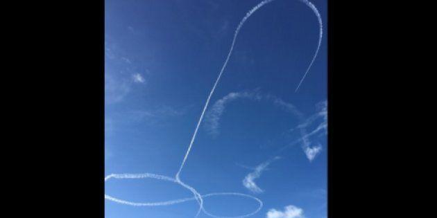 Un pilote militaire trace un pénis dans le ciel et l'armée est en