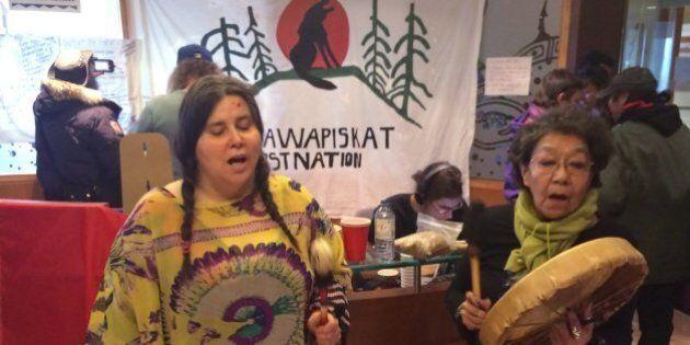 Attawapiskat: des manifestants autochtones occupent un ministère à