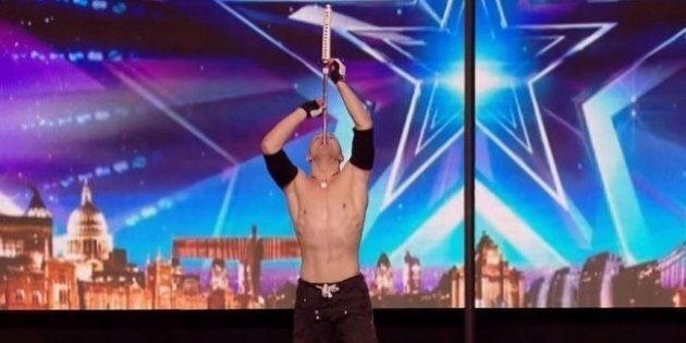L'avaleur de sabre et acrobate, Alex Magala, donne des frissons sur le plateau de «L'Angleterre a un...