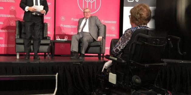 Lise Pigeon, en chaise roulante, et le ministre Gaétan Barrette sur la