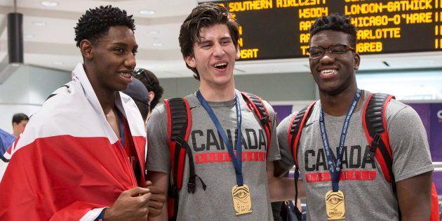 De gauche à droite, R.J Barrett, Danilo Djuricic et Amidou Bamba arrivent à l'aéroport Pearson à Toronto...