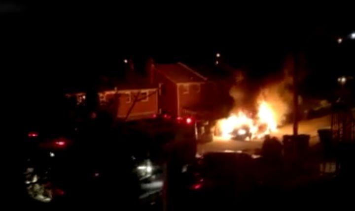 La voiture en feu derrière la rue Adrian à Washington, D.C.